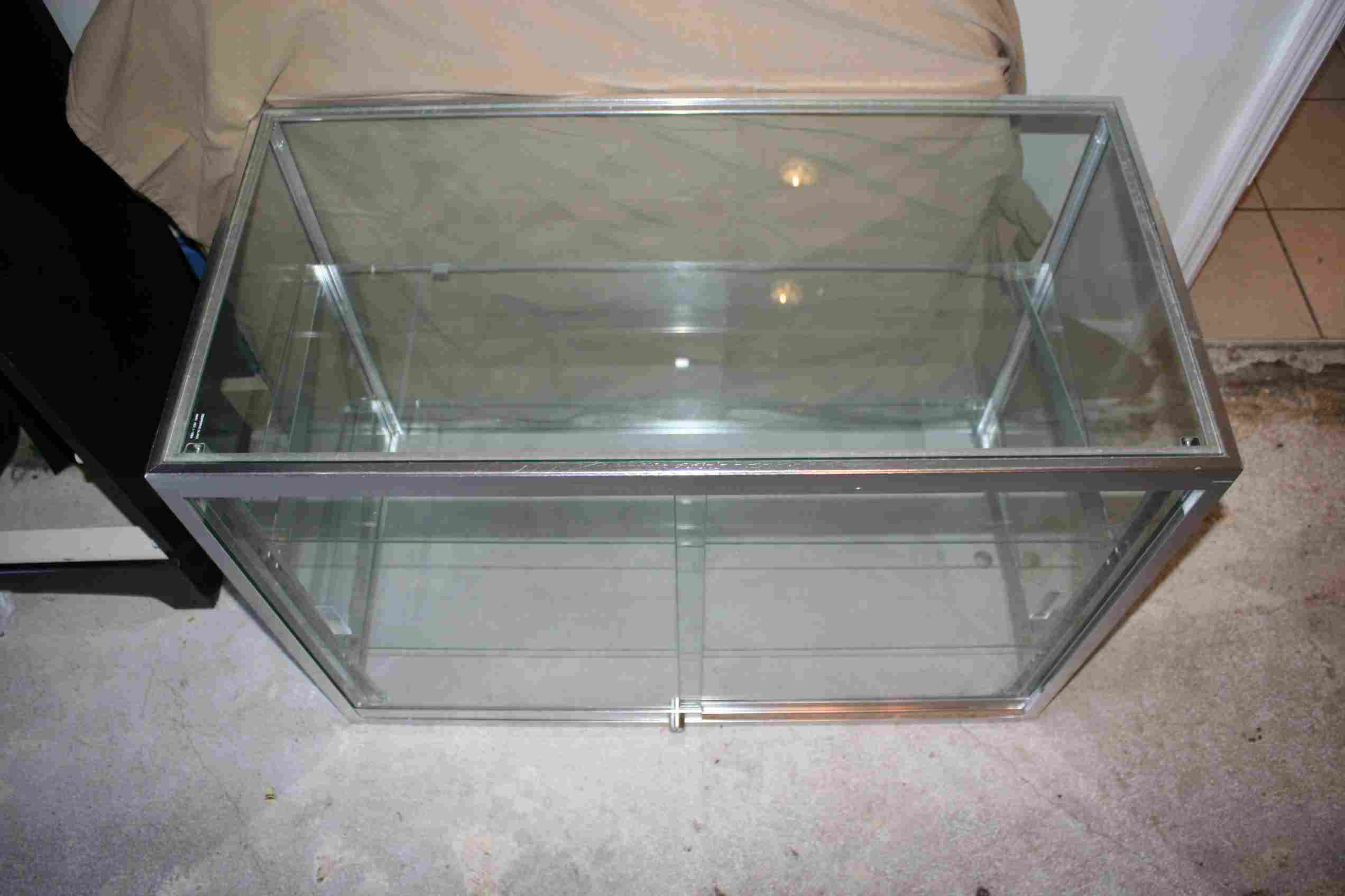 Display Case Great Condition stlouis